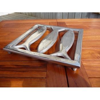 https://www.marie-galante-benodet.com/1757-thickbox_default/-dessous-de-plat-poisson-en-aluminium.jpg