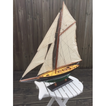 https://www.marie-galante-benodet.com/2222-thickbox_default/maquette-de-pen-duick-68-cm-bois-peint.jpg